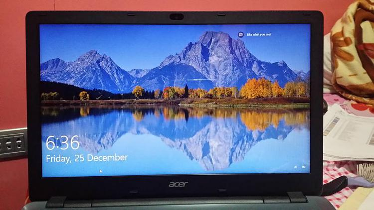 how to find the photos on windows 10 lock screen